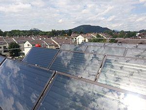Solární systém na střeše bytového domu